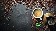 Una-taza-y-varios-granos-de-cafe-iStock.jpg