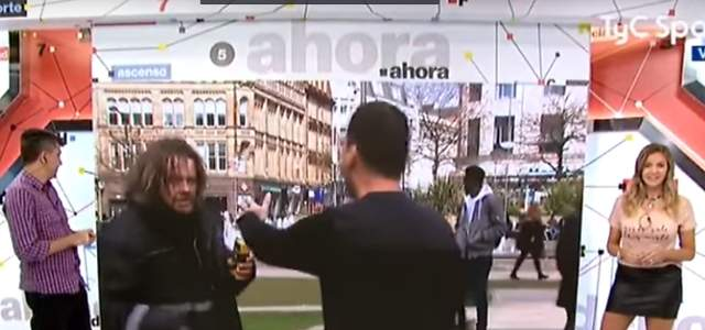 Un indigente increpa a un reportero en directo