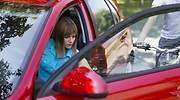 Mujer-abriendo-la-puerta-del-coche-iStock.jpg