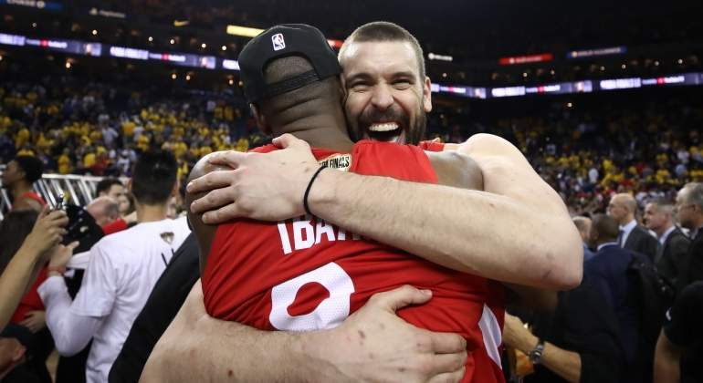marc-gasol-ibaka-abrazo-anillo-raptors-getty.jpg