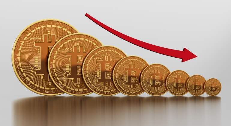 Un atípico movimiento de criptodivisas a gran escala lleva al bitcoin a rozar su récord y a desplomarse