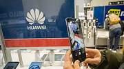 Una persona fotografa un mvil de Huawei en una tienda