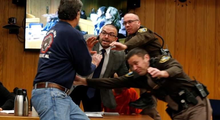 El padre de tres víctimas de Larry Nassar trata de agredirle en pleno juicio