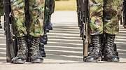 Unos-militares-en-posicion-de-firmes-iStock.jpg