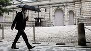 hombre-mascarilla-paraguas-banco-de-japon-tokio-reuters-770x420.jpg