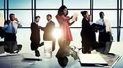 Hombres y mujeres de negocio en una reunin con medios digitales