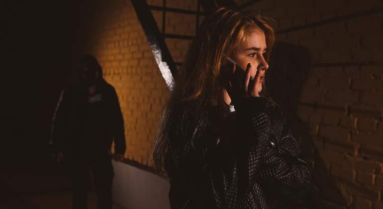 acoso-mujer-adolescente-movil-dreams.jpg