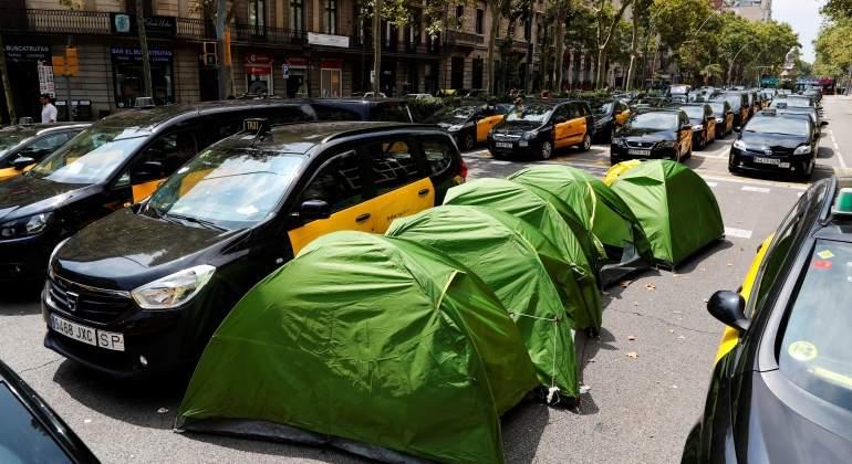 Fomento abre la puerta a sacar de las ciudades 7.100 coches de Uber y Cabify