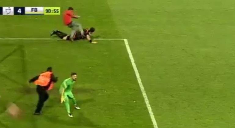 Un hincha salta al campo y agrede salvajemente a un árbitro durante el  Trabzonspor-Fenerbahçe de la Liga turca f748b2bb7c1