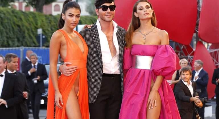 Dos modelos revolucionan venecia sin ropa interior en la for Rihanna sin ropa interior