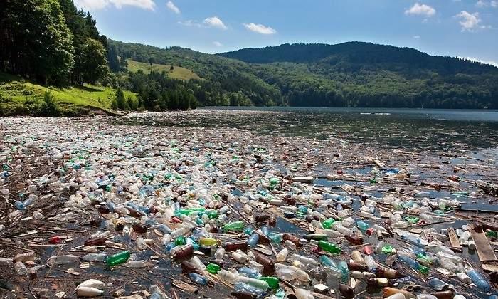 Solo cinco empresas fabrican la cuarta parte del plástico no reutilizable de todo el planeta