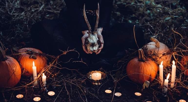 ... el día de Todos los Santos y el Samhain, la víspera de Todos los Santos, pasó a nombrarse All-Hallow's Eve; lo que deviene la contracción actual de la ...