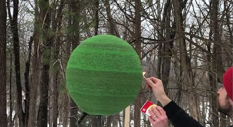 Crea una esfera de 42.000 cerillas para prenderle fuego