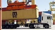 Carga de un contenedor en un camin en el Puerto de Valencia GUILLERMO LUCAS