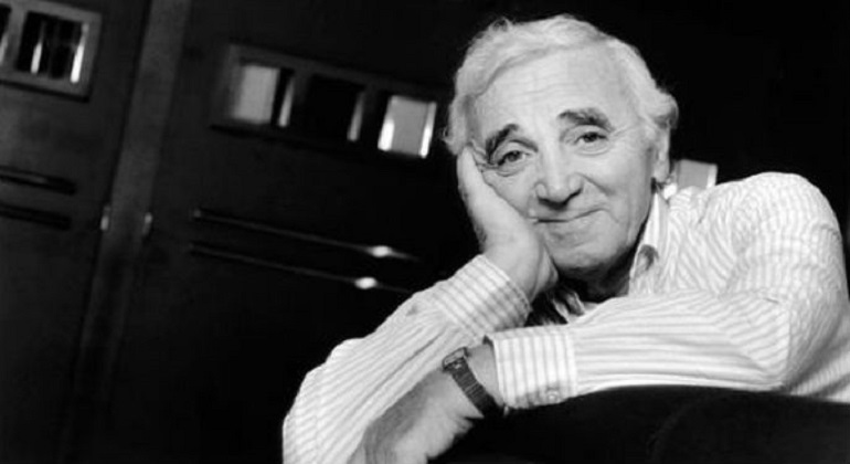 El francés Aznavour deleita al público con sus mejores hits en los jardines del Palacio de Pedralbes