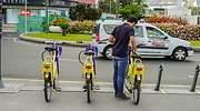 Un hombre se dispone a alquilar una bicicleta