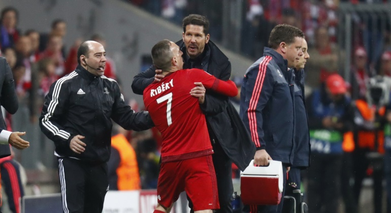 Ribery-Simeone-parar-Bayern-2016-bronca-reuters.jpg