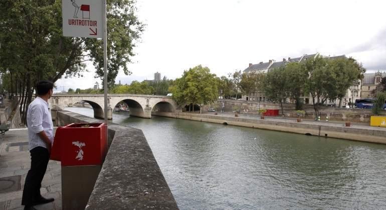 Los 'Uritrottoir', los urinarios ecológicos de las calles de París que indignan a los residentes