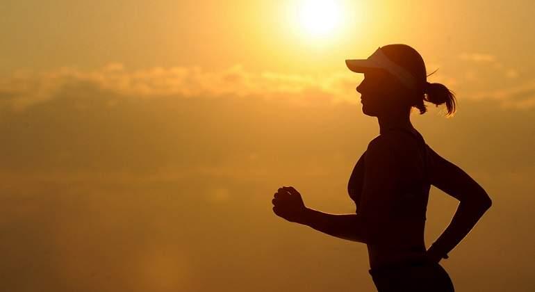 Una-mujer-practicando-deporte