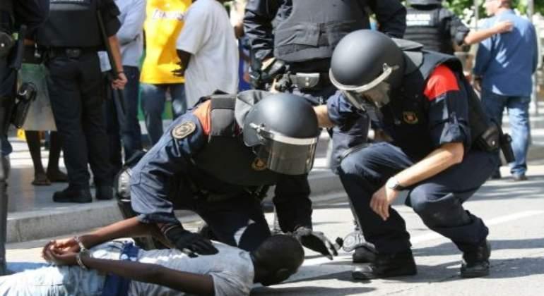 La Guardia Urbana de Barcelona desaloja a los 'manteros' de plaza Cataluña y requisa 4.100 artículos