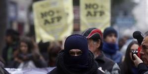 Ancianos encapuchados  realizan  marcha por bajo nivel de pensiones