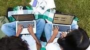 dos-chicas-estudiando-al-aire-libre.jpg
