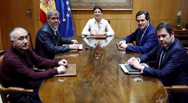 El salario mínimo sube hasta los 950 euros al mes tras el acuerdo a tres
