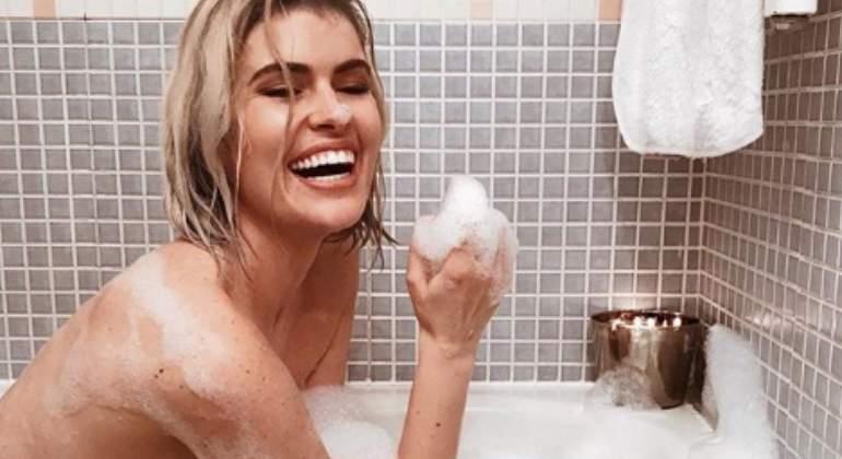 Adriana Abenia Calienta El Mes De Enero Con Un Topless En La Bañera
