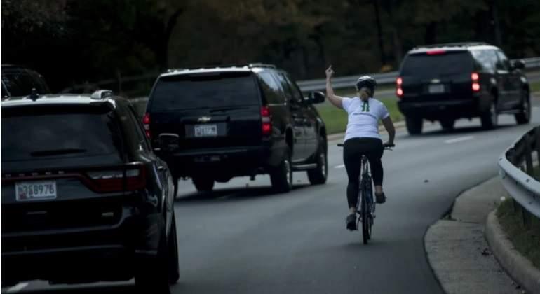 Ciclista que hizo un gesto obsceno a Trump pierde su trabajo