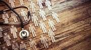Muchas-figuras-transparentes-y-un-estetoscopio-sobre-fondo-de-madera-iStock.jpg