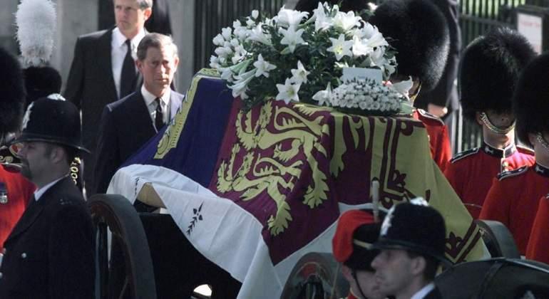 el principe carlos de gales temio ser asesinado en el funeral de lady di ecodiario es lady di