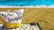 Toalla-y-bolsa-en-la-arena-de-una-playa-iStock.jpg