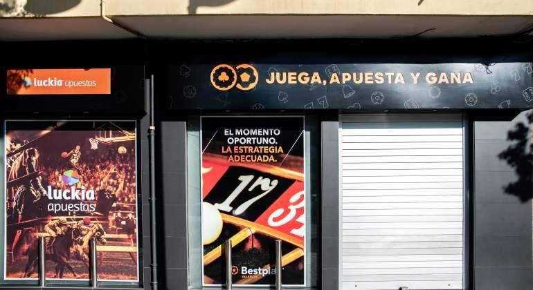 Primer encargo a Garzón: prohibir las tarjetas de crédito en las casas de apuestas