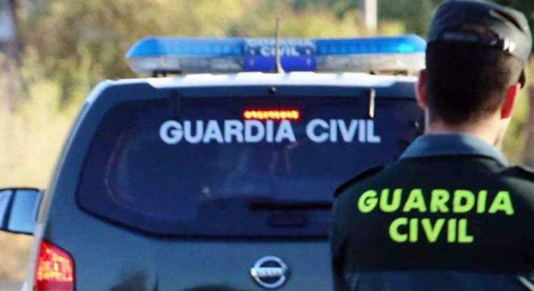 guardia-civil-agente-coche-ep.jpg