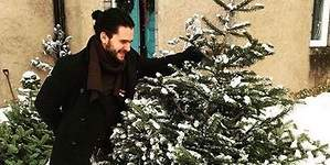 Chrismas is coming: Jon Nieve vende abetos por Navidad