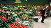Una mujer compra en la seccin de frutas y verduras de un supermercado Mercadona