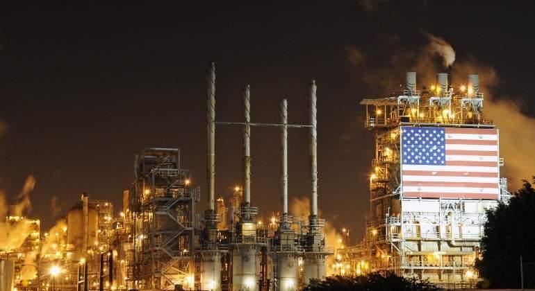 refineria-bandera-petroleo-eeuu-noche-reuters.jpg