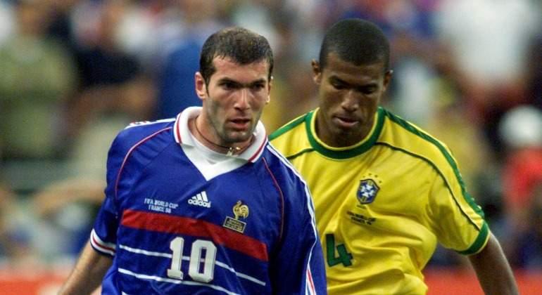 Zidane-Junio-Baiano-1998-Reuters.jpg