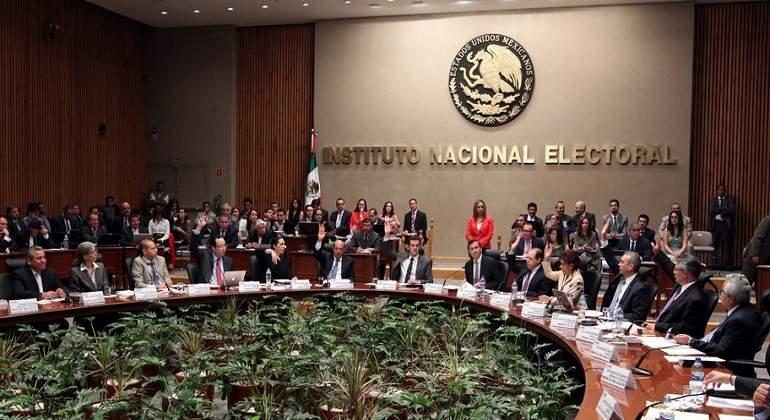 Prohibe INE debates entre precandidatos en medios durante intercampaña