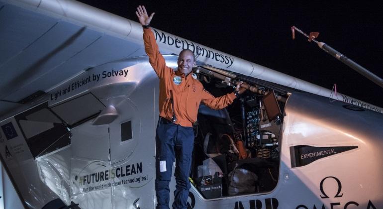 El avi�n 'Solar Impulse 2' despega de Nueva York e inicia su vuelo hasta Sevilla