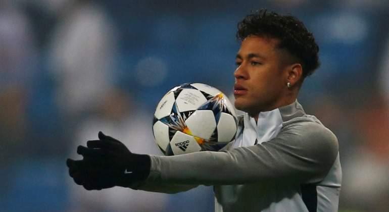 Neymar-balon-brazos-calentamiento-Bernabeu-2018-Reuters.jpg