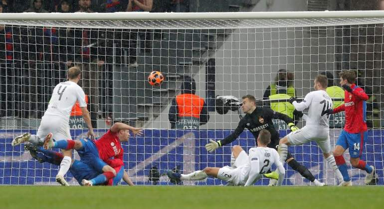 Lukas Hejda anota el segundo gol de Viktoria Plzen ante CSKA Mosc