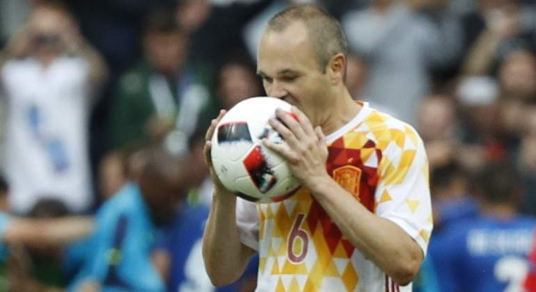 Iniesta critica el planteamiento y la actitud de España tras la eliminación  en la Eurocopa ed401c128816c