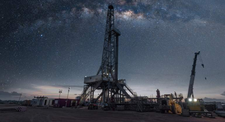 petroleo-crudo-plataforma-petrolera-cielo-estrellado-getty-770x420.jpg