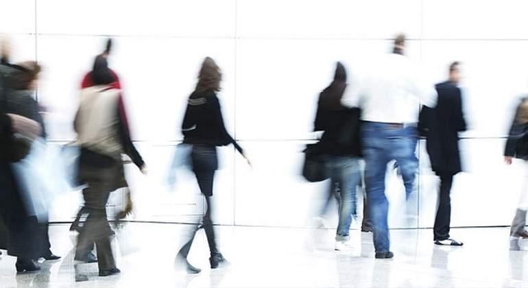 personas-caminan-blanco-getty.jpg