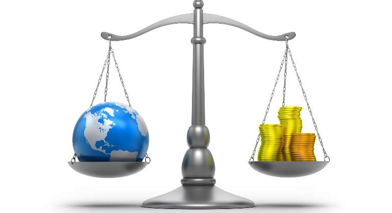 balanza-tierra-dinero-cambio-climatico-planeta-getty.jpg