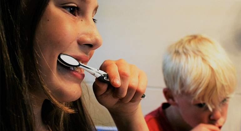 Ninos-lavandose-los-dientes. Pixabay