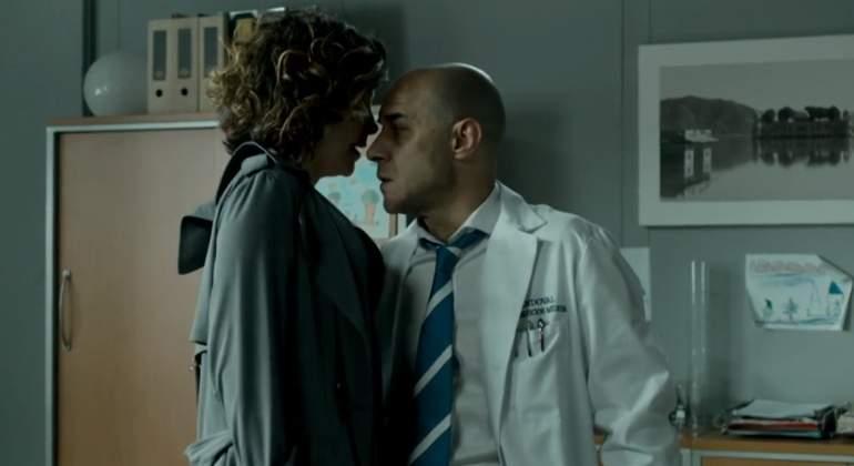 Doctora examina a joven paciente y se lo folla - 3 5