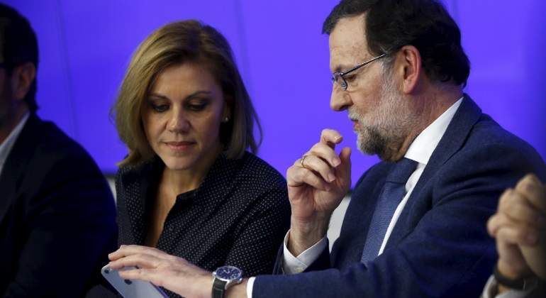 rajoy-cospedal-movil-reuters.jpg
