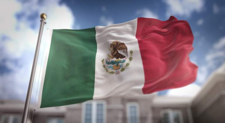 Izan de cabeza Bandera monumental durante acto conmemorativo de EPN